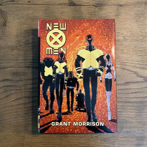New X-Men: Omnibus [OHC] Conditie: Tweedehands, als nieuw - Het Marvel logo op de zijkant van de stofomslag is een beetje verkleurd, zie de foto's. Marvel 2