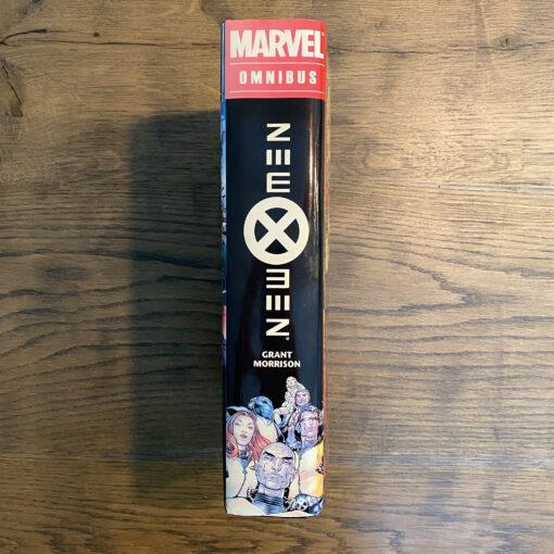 New X-Men: Omnibus [OHC] Conditie: Tweedehands, als nieuw - Het Marvel logo op de zijkant van de stofomslag is een beetje verkleurd, zie de foto's. Marvel 7