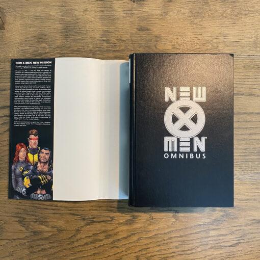 New X-Men: Omnibus [OHC] Conditie: Tweedehands, als nieuw - Het Marvel logo op de zijkant van de stofomslag is een beetje verkleurd, zie de foto's. Marvel 6